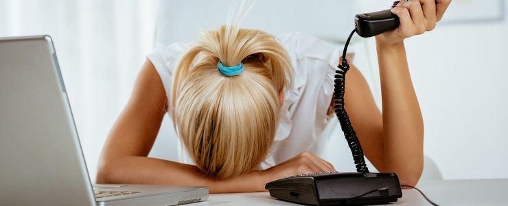 Frau mit Kopf auf dem Schreibtisch