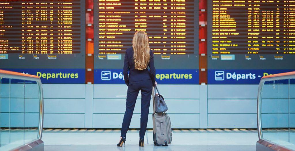 Frau wartet am Flughafen