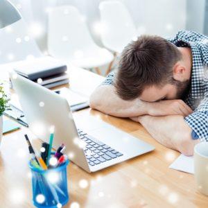 Mitarbeiter schläft am Arbeitsplatz