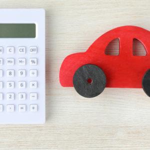Taschenrechner und stilisiertes Auto