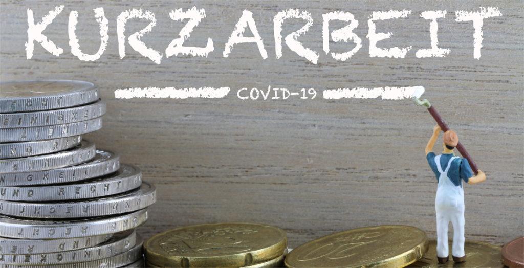 Schriftzug Kurzarbeit und Geldmünzen