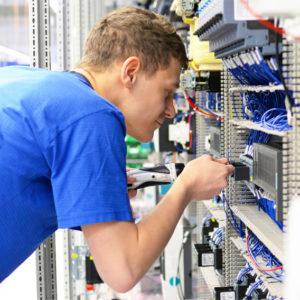 Elektroniker hantiert an Anlage