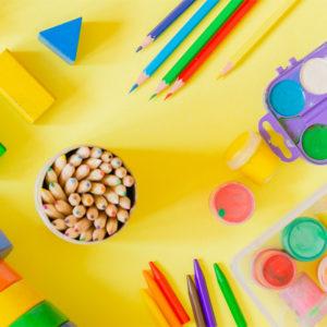 Kinderspielzeug auf Tisch