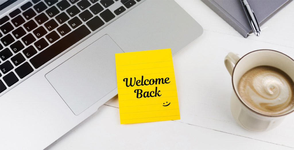 Klebenotiz auf Laptop mit Aufschrift Welcome back