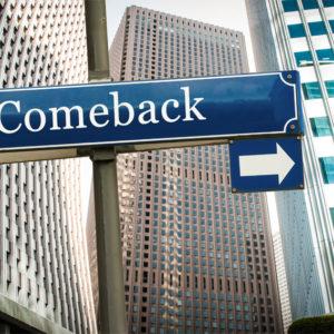 Comeback-Schild in Hochhausschlucht