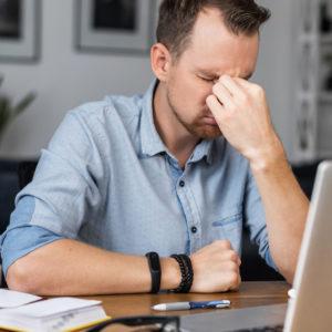 Mann sitzt gestresst im Homeoffice