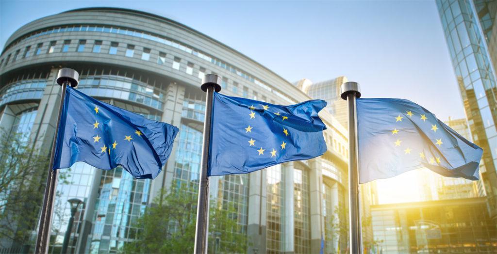 EU-Flaggen vor dem Parlament in Brüssel