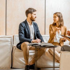 Paar sitzt vor einer Beraterin