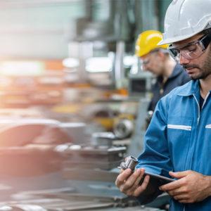 Maschinenbauer in Produktionshalle