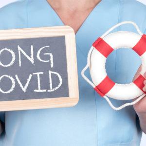 Krankenschwester hält Long Covid-Schild und Rettungsring