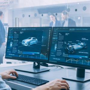 Mann entwickelt am Rechner Automobiltechnik