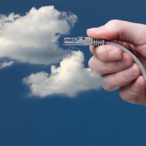 Hand hält Stecker in eine Wolke.
