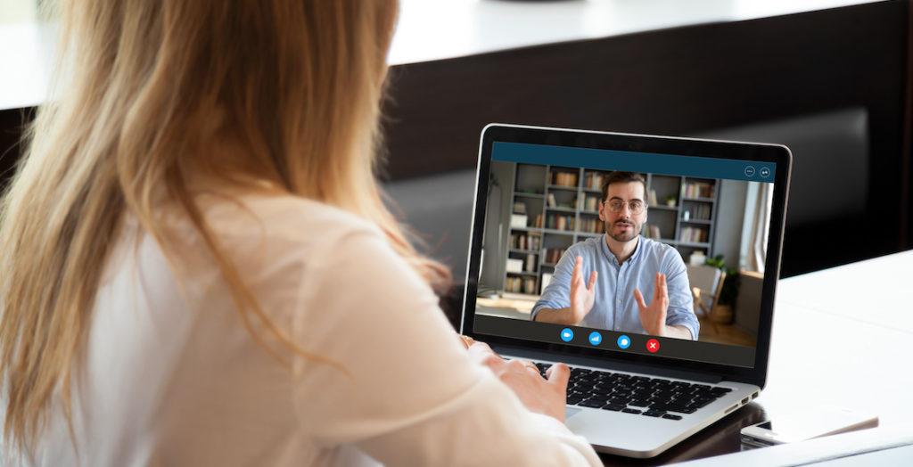 Frau führt ein virtuelles Vorstellungsgespräch mit einem Bewerber