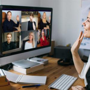 Frau vor Monitor während einer Videokonferenz
