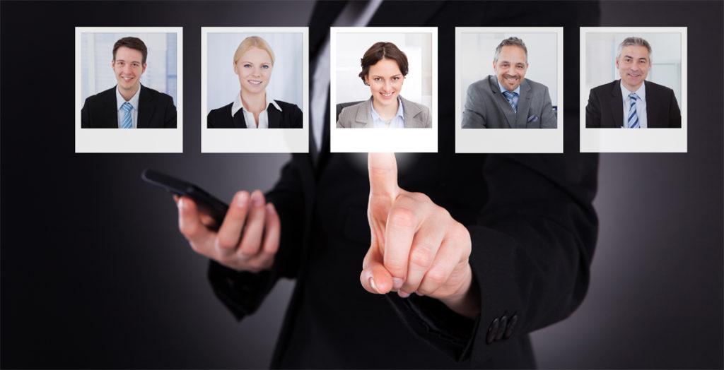 Hand wählt digitales Profilfoto aus mehreren aus