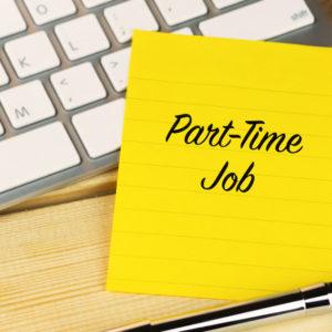 Zettel mit Aufschrift Part-Time-Job auf Schreibtisch