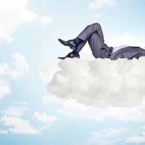 Geschäftsmann liegt auf Wolke und erholt sich