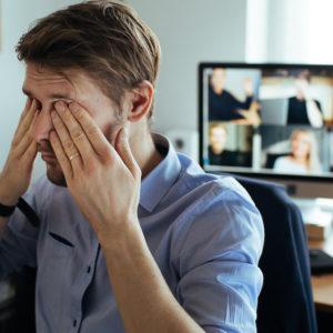 Mann im Homeoffice gestresst