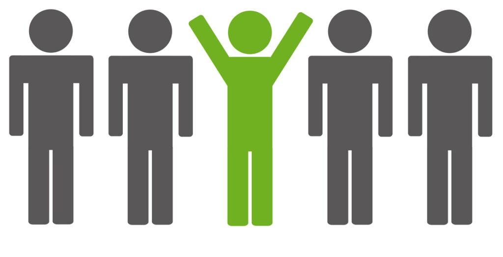 Stilisierte graue Figuren mit einer jubelnden grünen in der Mitte