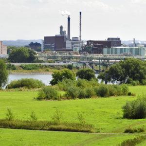 Industrielandschaft vor grüner Wiese