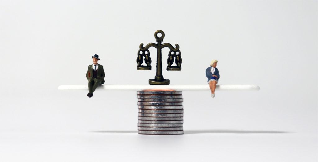 Mann und Frau sitzen auf einer Waage aus Geldmünzen