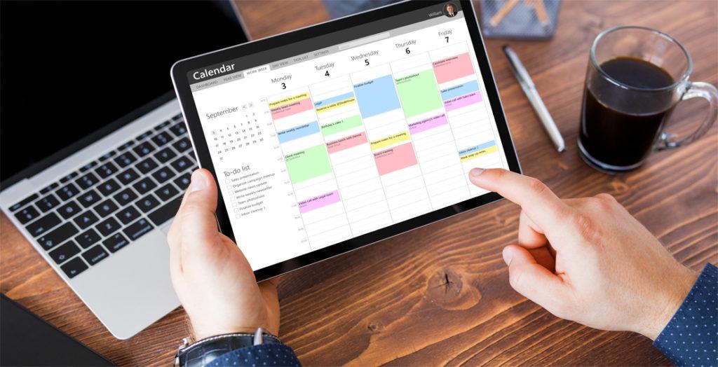 Blick auf Tablet mit Wochenzeitplan