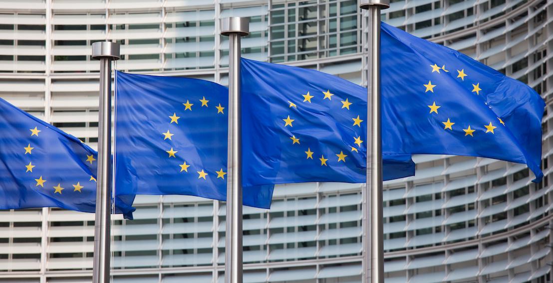 Europaflaggen vor einem Gebäude
